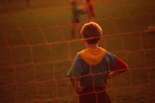 ゴールを守る外国人少年の後姿(セピア) ニュージーランドの写真素材 [FYI03162540]