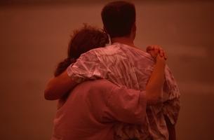 抱き合う外国人カップルの後姿の写真素材 [FYI03162543]