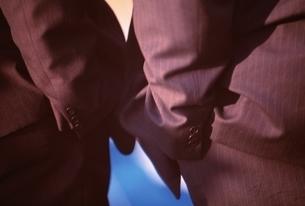 腰に手を入れた2人のビジネスマン シドニー オーストラリアの写真素材 [FYI03162555]
