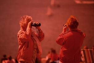 双眼鏡を覗く2人の外国人老女 ニュージーランドの写真素材 [FYI03162556]