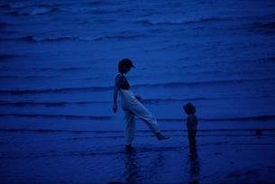 赤ちゃんと海で遊ぶ母親 ケアンズ オーストラリアの写真素材 [FYI03162557]