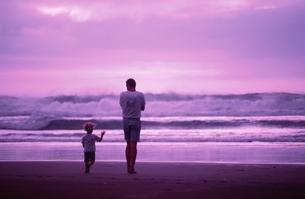 海岸を散歩する父親と息子 ニュージーランドの写真素材 [FYI03162564]