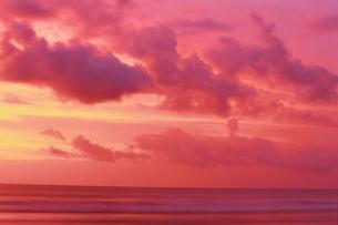 朝焼けの空と海(ピンク) バリ インドネシアの写真素材 [FYI03162575]