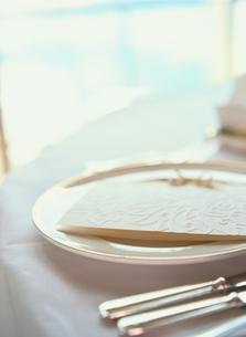 結婚式のテーブルセッティング(白)の写真素材 [FYI03162579]