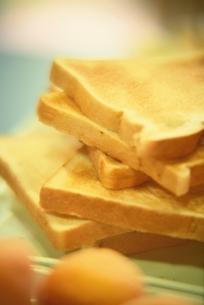 積み重ねたトーストの写真素材 [FYI03162608]