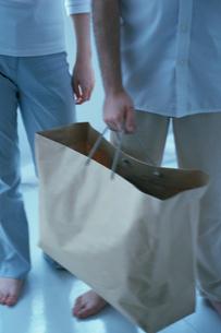 紙袋を持つ男性の写真素材 [FYI03162609]
