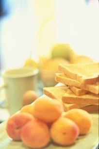 朝食イメージ (フルーツとトースト)の写真素材 [FYI03162615]