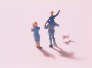 子供を肩車する家族とイヌの人形の写真素材 [FYI03162677]