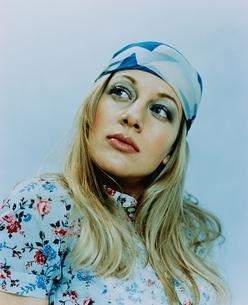ブルーのスカーフを髪にまいた外国人女性の写真素材 [FYI03162808]