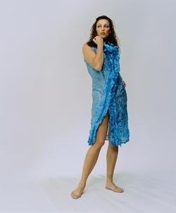 ブルーのワンピースを着た外国人女性の写真素材 [FYI03162815]