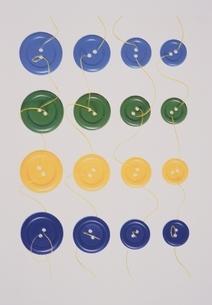 カラフルなボタンと糸の写真素材 [FYI03162899]