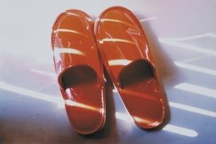 1足のスリッパと光(赤)の写真素材 [FYI03163062]