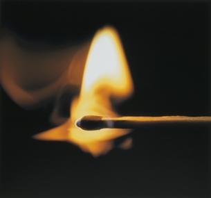 1本のマッチと炎(オレンジ色)の写真素材 [FYI03163067]