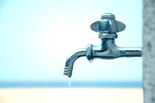 蛇口から滴る水の写真素材 [FYI03163143]
