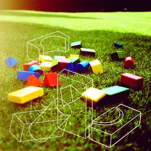 芝生の上の積み木と線画の写真素材 [FYI03163156]