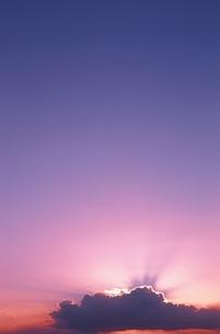 雲に隠れた太陽の光と空 ワイキキビーチ オアフ島 ハワイの写真素材 [FYI03163328]