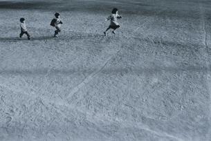 グラウンドを走る3人の日本人の男の子B&Wの写真素材 [FYI03163385]