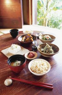 和室のテーブルの上の和食の写真素材 [FYI03163425]