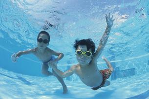 プールに潜っている少年2人の写真素材 [FYI03163479]