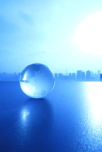 ガラスの地球儀と東京の風景の写真素材 [FYI03163534]