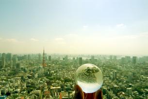 地球儀を持つ手と東京の風景の写真素材 [FYI03163535]