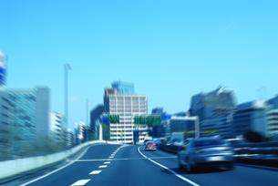 ビルの合間の高速道路と車の写真素材 [FYI03163536]