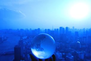 地球儀を持つ手と東京の風景の写真素材 [FYI03163537]