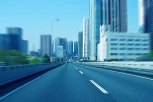 ビルの合間の高速道路の写真素材 [FYI03163540]