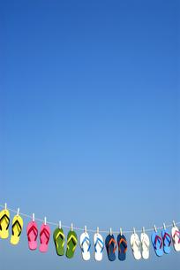 干されるビーチサンダルと青空の写真素材 [FYI03163547]