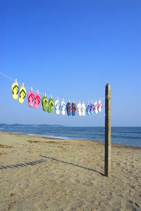 浜辺で干すビーチサンダルの写真素材 [FYI03163548]