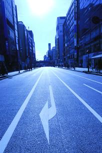 ビル街と道路と方向指示標識の写真素材 [FYI03163549]
