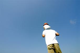 肩車をする父と子の後ろ姿と青空の写真素材 [FYI03163554]