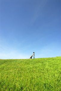 ベビーカーを押して歩く母の写真素材 [FYI03163555]