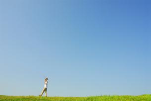 肩車をして草原を歩く父と子の写真素材 [FYI03163557]