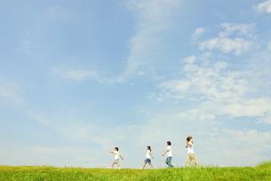 草原を歩く5人家族の写真素材 [FYI03163561]