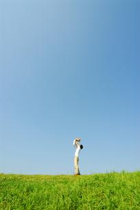 子供を抱き上げる父と青空の写真素材 [FYI03163567]