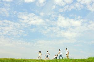 草原を歩く5人家族の写真素材 [FYI03163569]