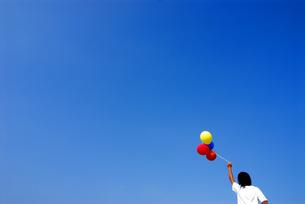 風船を持つ女の子の後姿の写真素材 [FYI03163579]