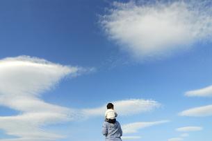 肩車をする親子の写真素材 [FYI03163589]