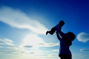 子供を抱き上げる母親の写真素材 [FYI03163590]