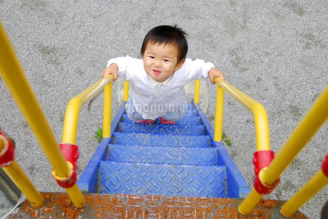 遊具の階段を上る子供の写真素材 [FYI03163592]