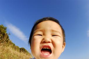 面白い顔をする子供の写真素材 [FYI03163597]