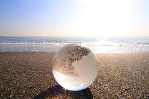ガラスの地球儀と海の写真素材 [FYI03163619]