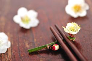 梅の花の箸置きと箸の写真素材 [FYI03163652]