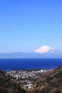 雪の富士山と葉山の町の写真素材 [FYI03163661]