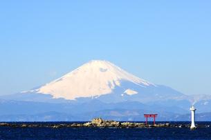 雪の富士山と鳥居と灯台の写真素材 [FYI03163662]