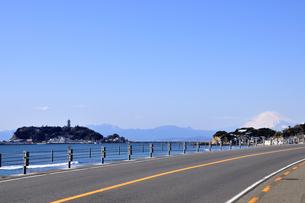江ノ島と富士山と国号134号線 湘南の写真素材 [FYI03163675]