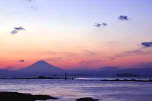 夕焼けの富士山と相模湾 湘南の写真素材 [FYI03163676]