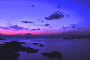 夕焼けの富士山と相模湾 湘南の写真素材 [FYI03163680]