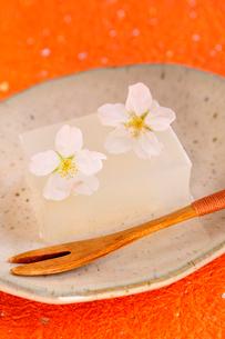 寒天と桜の花の写真素材 [FYI03163698]